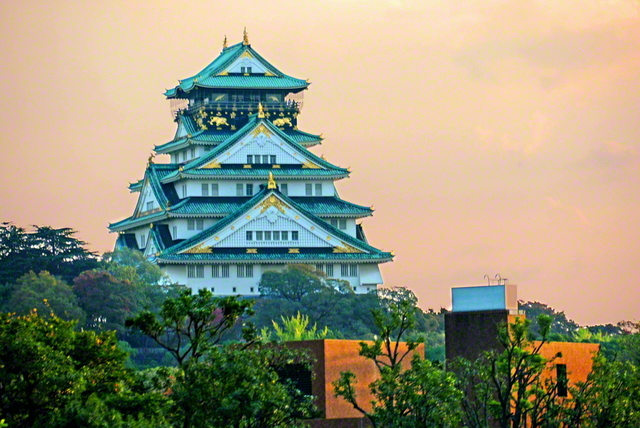 夕日に照らされた大阪城が威風堂々とそびえる。2007年11月の関西訪問の折に池田先生がカメラに収めた