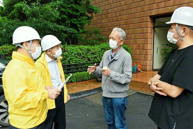 畑東海道長(左から2人目)、佐野総静岡長(左端)が熱海市内の避難所で関澤さん(右端)、田中さんを激励(4日)