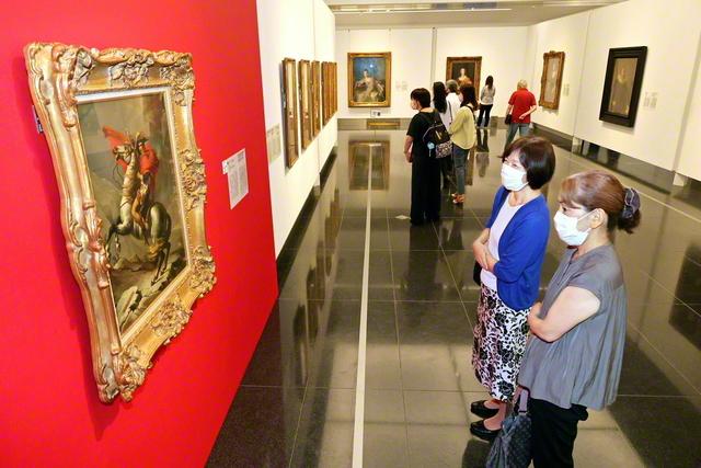 鑑賞する来場者。西洋絵画史を彩る作品の数々が並ぶ(岡山県立美術館で)