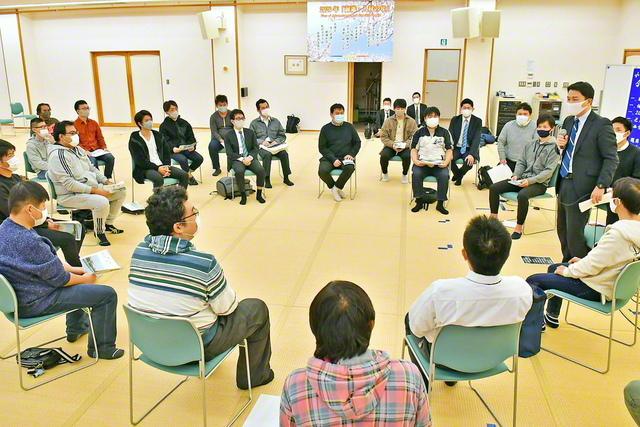 福岡・北九州総県の体験談大会。西方男子部長が激励した(昨年11月、小倉南文化会館で)