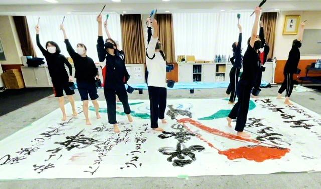 練習に励む東京高の書道部員たち