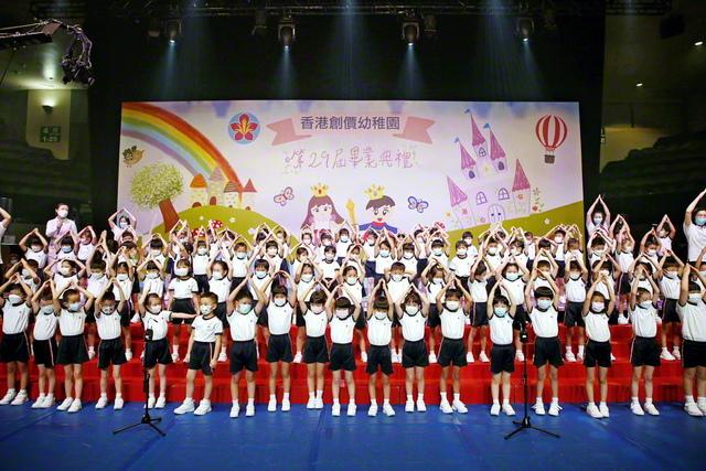 香港創価幼稚園の卒園式。成長した卒園生の姿に、保護者らから盛大な拍手が送られた(香港・九龍で)