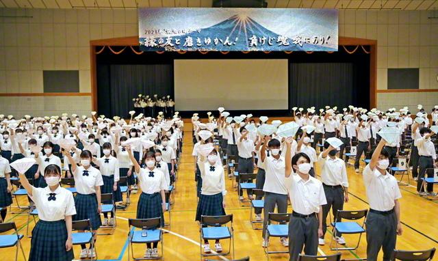東京・創価高校の集いでは、ダイヤモンドのごとく、共に生命を錬磨し、皆で光り輝く決意を新たにした