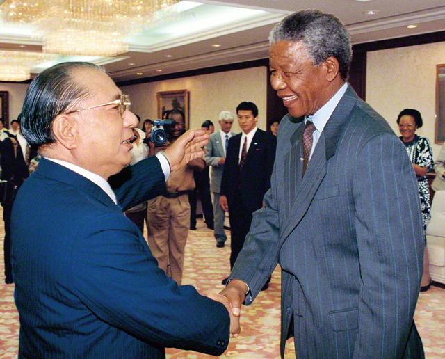 マンデラ氏との初会見。池田先生は、長編詩「人道の旗 正義の道」を贈り、不屈の人権闘争をたたえた(1990年10月、旧・聖教新聞本社で)