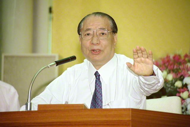 1993年6月に行われた各部代表幹部会で、スピーチする池田先生(東京・創価国際友好会館で)