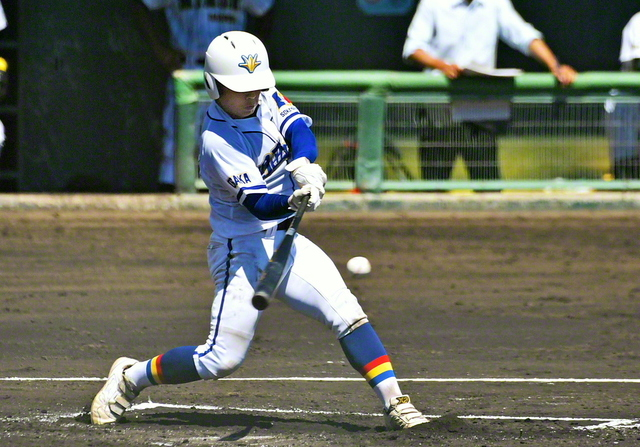 二回表、関西創価の7番・崎坂が先制の適時二塁打を放つ(豊中ローズ球場で)