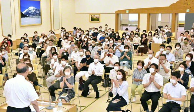 滋賀総県の集いでは、土田隆史さんが地区部長として奮闘する模様を語った(滋賀文化会館で)