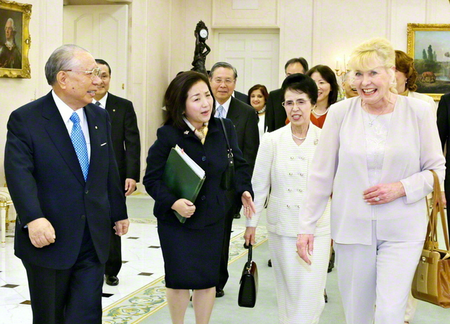 「池田会長! 会長は長い間、私にとっての『ヒーロー』でした。ようやく、お会いできました!」――ウィリアムズ氏が開口一番に伝えると、池田先生は「偉大なる平和の大行進のお母さん、世界の子どものお母さん、ようこそ!」と(2006年11月6日、東京牧口記念会館で)