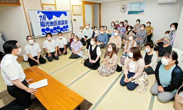勢いを増して学会理解の輪を広げる福岡・陽光地区の創価家族が笑顔で(24日、福岡市内で)