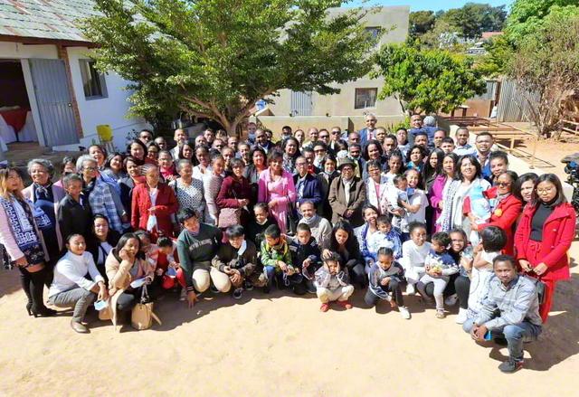 歓喜の前進を続けるマダガスカルの友(首都アンタナナリボで)