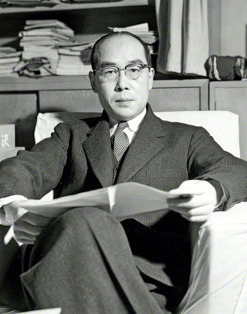理論物理学者の湯川秀樹博士。1949年(昭和24年)、中間子論でノーベル物理学賞を受賞した。科学・文学・国際平和に関する著述も多い