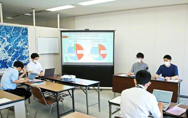 広島市役所内の市政記者クラブで、代表が平和意識調査の結果を発表した(7月28日)