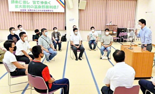 信心の喜びの共有から広布拡大の勢いは加速! 北海道・富良野勝利県の体験談大会では友人も参加し、にぎやかな語らいが広がった(富良野会館で)
