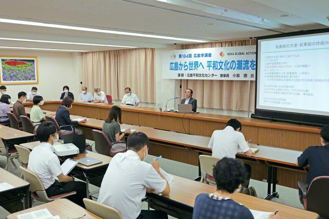講演する広島平和文化センターの小泉理事長(広島池田平和記念会館で)