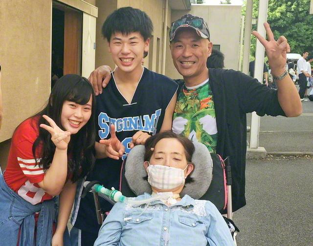 ALS発症後もヘルパーに支えられ母親の役目を果たした池田由実さん(手前)。2015年に逝去したが、その後、2人の子どもは看護師に