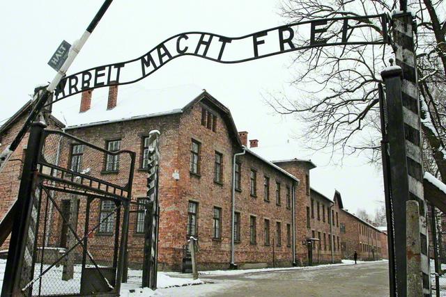「働けば自由になれる」とのスローガンが掲げられたアウシュビッツ強制収容所の門 ©Nur Photo/Getty Images