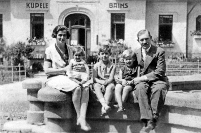 両親と姉たちと共に。母親に抱かれている赤ん坊がイーガ―博士 ©Edith Eger