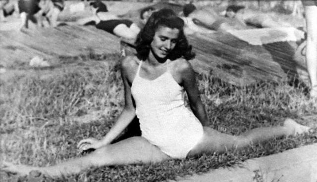 イーガ―博士はオリンピックの体操選手になれるほどの実力があった。写真撮影は恋人のエリック ©Edith Eger