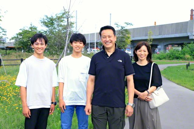 大川さん家族が笑顔で(右から妻・郁枝さん、大川さん、次男・篤司さん、長男・湧希さん)