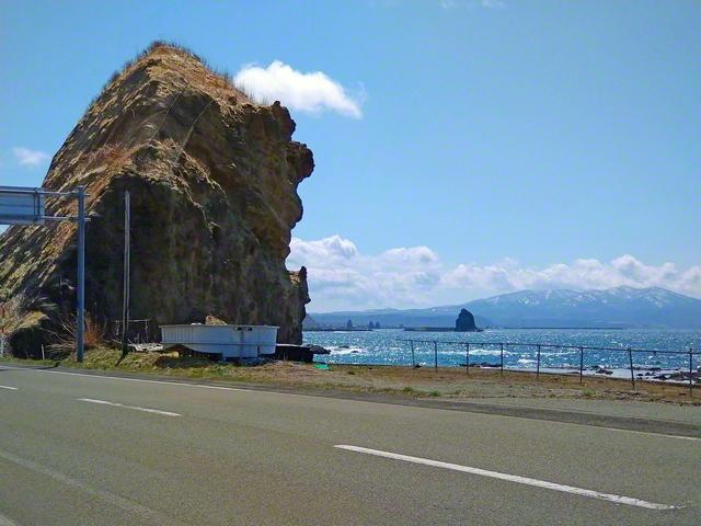 北海道せたな町の海岸沿い。通称「奇岩ロード」では、自然の荒々しい造形美ともいえる数々の奇岩を見ることができる=北海道支社・千葉淳子通信員