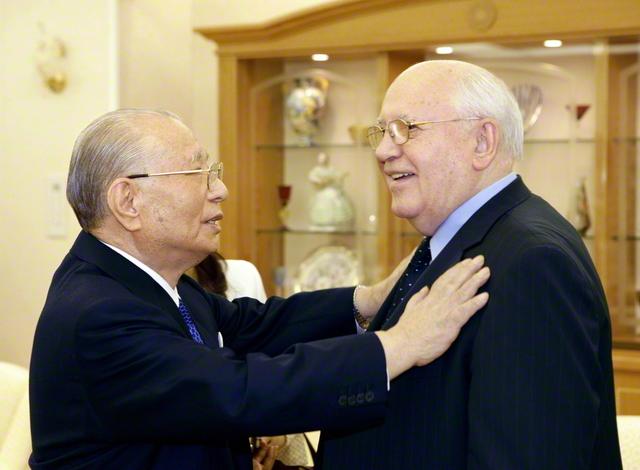 冷戦終結20周年の節に、来日したゴルバチョフ元ソ連大統領を池田先生が歓迎。軍拡競争を終わらせ、世界平和を築く重要性を確認し合った(2009年12月、東京都内で)