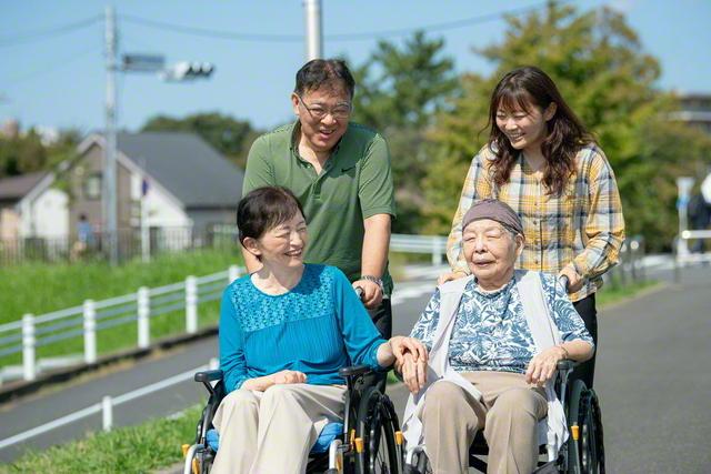支え合う喜びに満ちあふれる北山さん家族(前列左から時計回りに北山さん、夫の英彦さん、娘の優衣さん、母の千鶴子さん)