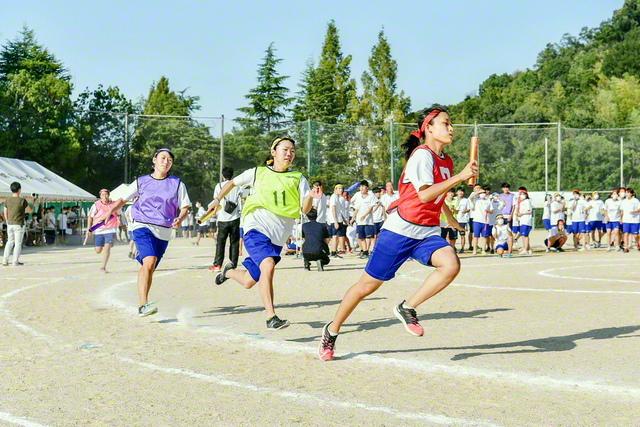 関西高の競技大会の梯団対抗リレー。クラスの団結を強めるアトラクション競技「学園五輪」も行われた(2日)