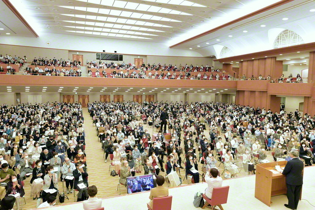 勝利を約し合った総神奈川の地区部長・地区女性部長会。神奈川銀河少年少女合唱団の合唱映像の上映も(神奈川池田記念講堂で)