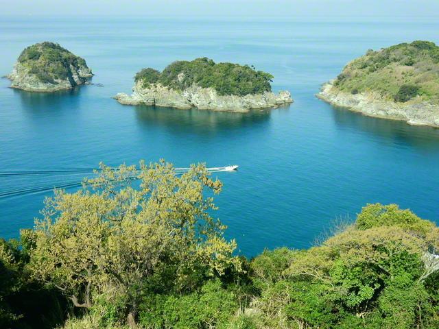 雑賀崎灯台から紀伊水道を望む。眼前には小さな島々が並んでいる(和歌山市)=和歌山支局