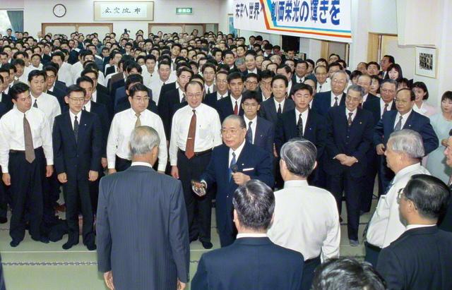 1994年11月26日、池田先生は、山口文化会館で開催された第5回中国大勝利総会に出席。開拓指導の実践を振り返りながら、「かつて山口は明治の革命の源流であった。今度は壮大なる平和への『世界革命』の原動力となっていただきたい。そして盤石なる『中国の時代』を、ともどもに、つくりゆきたい」と呼び掛けた