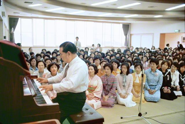 山口広布開拓20周年を祝う記念勤行会で、ピアノを演奏する池田先生(1977年5月21日、徳山文化会館〈当時〉で)