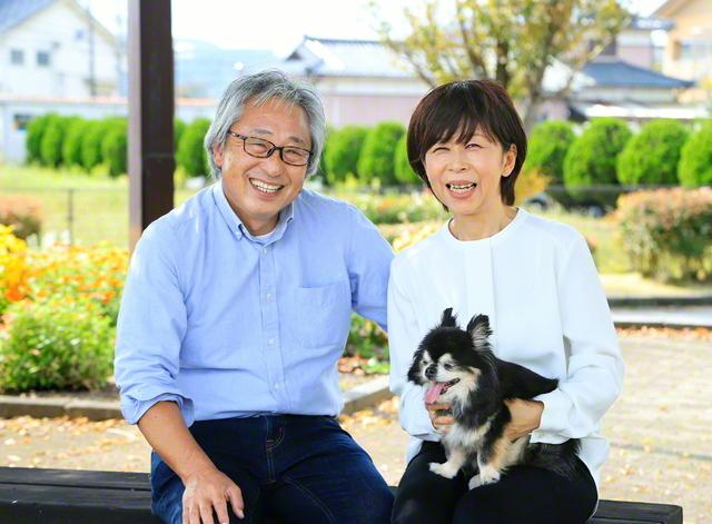 増山さん㊨が夫・昇さんと笑顔で。愛犬のアトムが夫婦の心を癒やしている