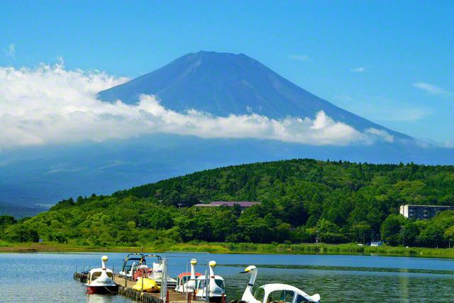 雲を突き抜けるようにして大きな富士がそびえ立っています。2005年9月、山梨の山中湖を訪れた池田先生は少年少女部の成長を祈り、カメラを向けました