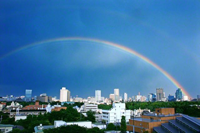 東京・信濃町の空に二重の虹がかかりました。青空という大きな画用紙に七色の絵の具を使って描いたようにも見えます。2002年5月、池田先生が撮影しました