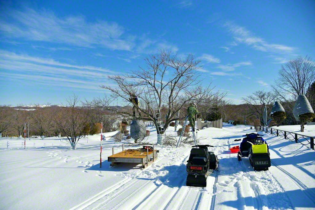 雪が降り積もった園内の移動はスノーモービル