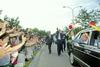 戸田墓園で友を励ます池田先生。永遠の「心の故郷」から、生死不二の師弟の旅へ!(1992年8月30日)