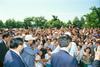 墓地公園の戸田記念広場で。池田先生が墓参者や地域の友とあいさつを交わす(90年7月11日)