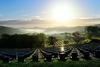 朝の光に包まれる墓域