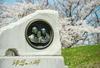 園内に立つ「師恩の碑」。池田先生と戸田先生の肖像が