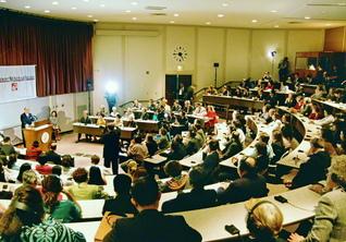 講演には、クレアモント・マッケナ大学のスターク学長(当時)、初代学長のベンソン博士、大学創設に尽くしたマッケナ初代理事をはじめ教授・学生の代表が列席。池田先生の講演は、大きな共感を広げた(同大学のビックホード講堂で)