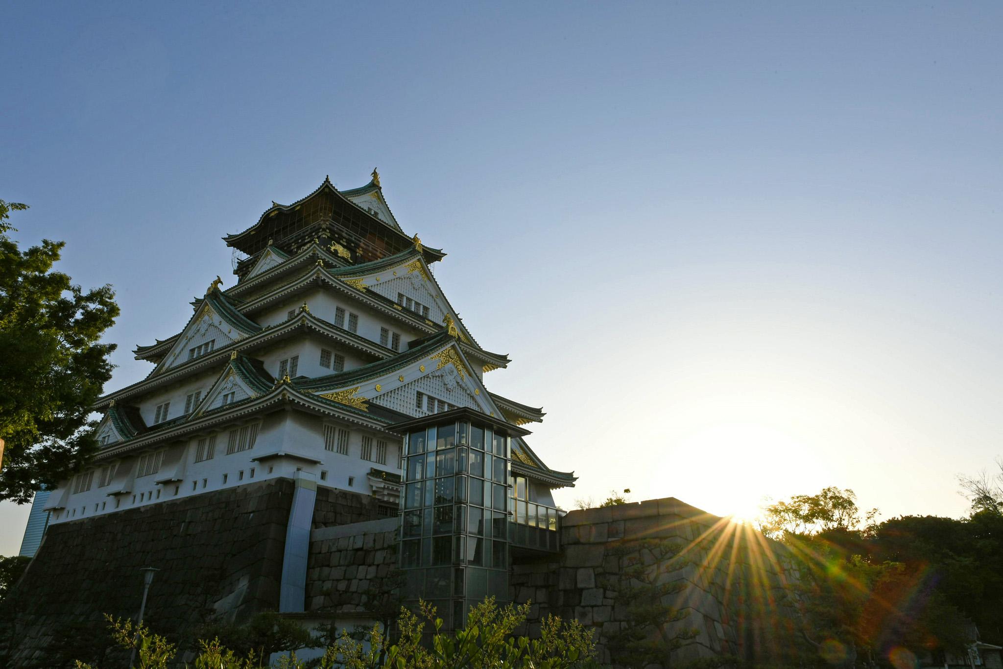 昇る朝日と大阪城。5時51分