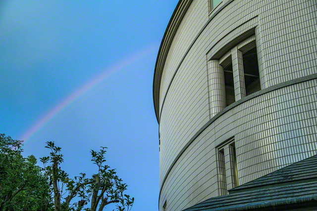 東京戸田記念講堂と虹